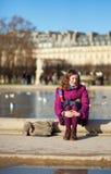 Fille assez jeune dans le jardin de Tuilleries dedans Photographie stock libre de droits