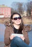 Fille assez jeune/femme avec la musique de écoute de lunettes de soleil noires Photo libre de droits