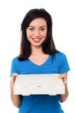 Fille assez jeune tenant la boîte à pizza Image stock