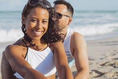 Fille assez noire avec l'ami sur la plage Image libre de droits