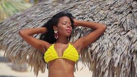 Fille assez noire dans le bikini jaune banque de vidéos