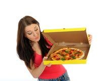 Fille assez occasionnelle avec la pizza dans le cadre de la distribution Photos stock