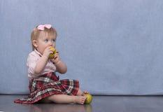 Fille assez petite avec des pommes Photographie stock