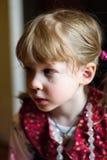 Fille assez petite avec une larme sur sa joue Photographie stock libre de droits