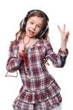 Fille assez petite chantant dans le microphone imaginaire Images stock