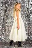 Fille assez petite dans une robe blanche, concept de mode images stock