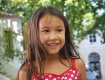 Fille assez petite souriant à l'extérieur photographie stock libre de droits