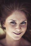 Fille assez redhaired de frckle de jeunes Photos stock