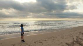 Fille attendant le lever de soleil Image libre de droits
