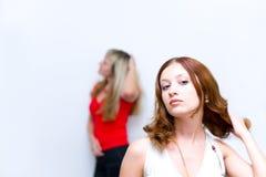 Fille attendant quand amie rectifiant la coiffure Photographie stock libre de droits