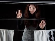 Fille attendue depuis longtemps de réunion en dehors de la fenêtre Image libre de droits