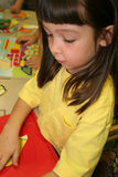 Fille attentive de puzzle Photo stock