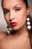 Fille attirante avec la boucle d'oreille blanche Photographie stock libre de droits