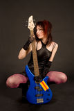 Fille attirante avec la guitare basse Photo stock