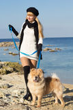 Fille attirante avec son chien portant les vêtements chauds Image stock