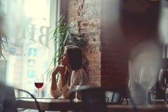 Fille attirante avec un verre de vin rouge Image stock