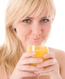 Fille attirante buvant du jus d'orange frais image libre de droits