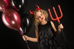 Fille attirante dans le costume de diables de Halloween Images stock
