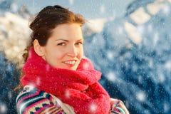 Fille attirante dans les Alpes neigeux d'hiver Image stock