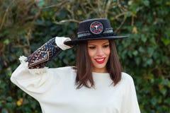 Fille attirante de brune avec le chapeau noir photographie stock