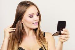 Fille attirante de femme regardant dans le miroir photo libre de droits