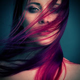 Fille attirante de portrait dramatique avec les cheveux rouges Images stock
