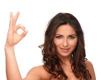 Fille attirante faisant des gestes le signe EN BON ÉTAT photo stock
