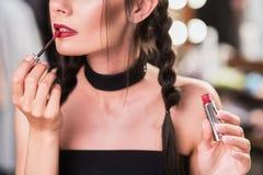 Fille attirante faisant le maquillage par le rouge à lèvres Photos libres de droits