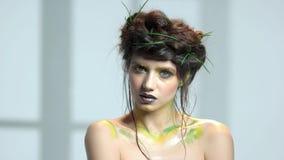 Fille attirante, maquillage orienté de nature banque de vidéos