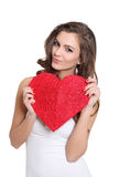 Fille attirante posant avec un signe de coeur Photo libre de droits