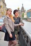 Fille attirante se tenant sur le remblai de canal de Griboyedov dans f image stock