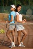 Fille attirante sur le court de tennis Photo stock