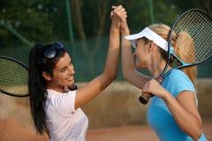 Fille attirante sur le sourire de court de tennis Image stock