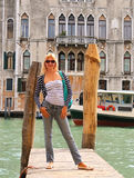 Fille attirante sur un pont à Venise Photo stock