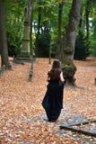 Fille au cimetière de forêt photos libres de droits