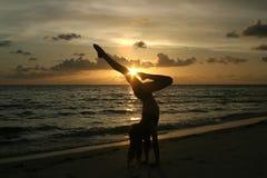 Fille au coucher du soleil Image libre de droits