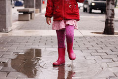 Fille au jour pluvieux dans le printemps Photographie stock libre de droits