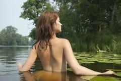 Fille au lac images stock