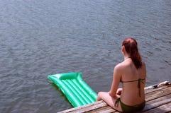 Fille au lac Images libres de droits