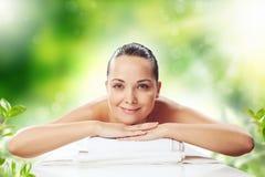 Fille au massage de station thermale Image stock