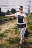 Fille au voyage de gare ferroviaire Photo stock