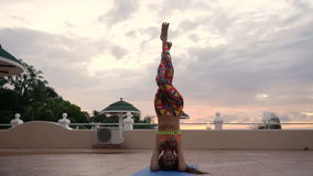 Fille au yoga de pratique de coucher du soleil clips vidéos