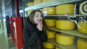 Fille aux étalages avec du fromage banque de vidéos
