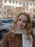 Fille aux cheveux longs à la rue photos libres de droits
