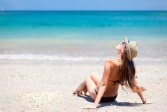 Fille aux cheveux longs dans le bikini et le chapeau de paille en fonction Images libres de droits