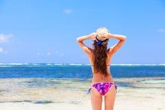 Fille aux cheveux longs dans le bikini et le chapeau de paille en fonction Photos stock