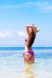 Fille aux cheveux longs dans le bikini et le chapeau de paille en fonction Images stock