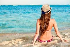 Fille aux cheveux longs dans le bikini sur la plage tropicale de Bali Photo libre de droits