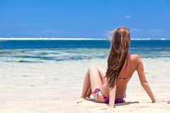 Fille aux cheveux longs dans le bikini sur la plage tropicale de Bali Photos libres de droits