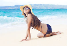Fille aux cheveux longs dans le bikini sur la plage tropicale de Bali Photographie stock libre de droits